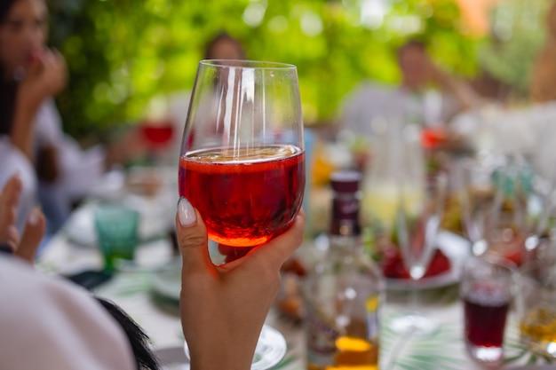 Brzęczące szklanki z alkoholem i grzankami and
