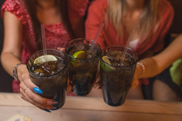 Brzęczące szklanki z alkoholem i opiekaniem, impreza.