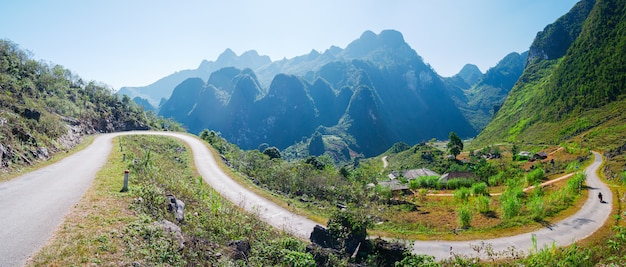 Brzęczenia giang krasu geopark góry krajobraz w północnym wietnamu. kręta droga w oszałamiającej scenerii. pętla motocyklowa ha giang, słynni rowerzyści będący celem podróży, łatwi kierowcy.