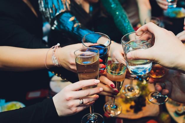 Brzęczenie kieliszków z alkoholem i opiekanie, impreza.