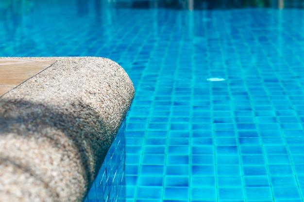 Brzeg basenu z krystalicznie niebieską wodą