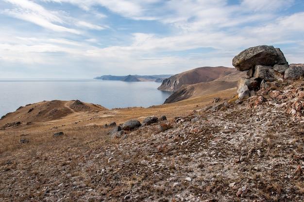 Brzeg jeziora bajkał z kamieniami na pierwszym planie