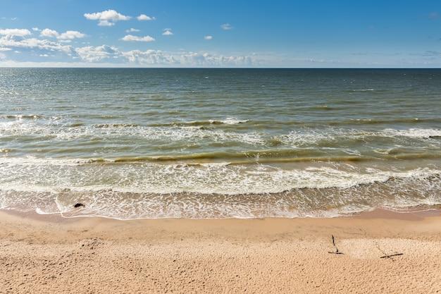 Brzeg morza bałtyckiego. łotwa, jurkalne. letni dzień