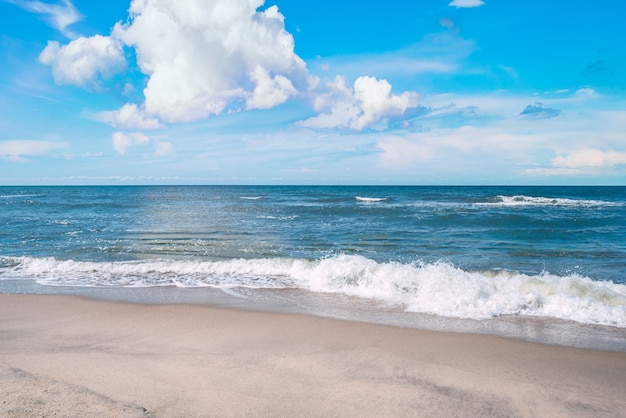 Brzeg morza, piaszczysta plaża i ciepłe morze