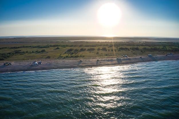 Brzeg morza w wieczornym słońcu. plaża kempingowa. drone nakręcił 4k.