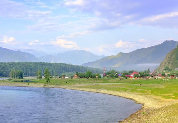 Brzeg rzeki górskiej pod błękitnym pochmurnym niebem. ałtaj, syberia, rosja