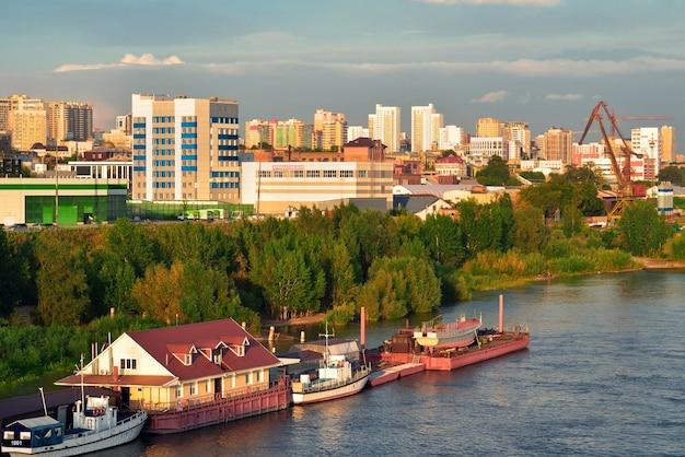 Brzeg rzeki ob w nowosybirsku
