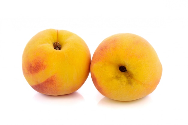 Brzoskwini owoc odizolowywająca na bielu