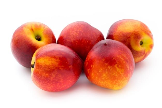 Brzoskwinia. owoce z na białym tle.