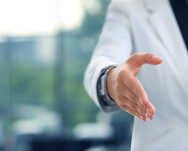 Brzuch bizneswoman z otwartą dłonią gotową do przypieczętowania transakcji