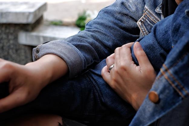 Brzuch dłoni kobiety przytulający ramię mężczyzny