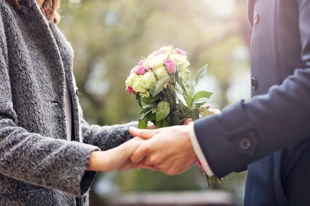 Brzuch młodej pary z kwiatami