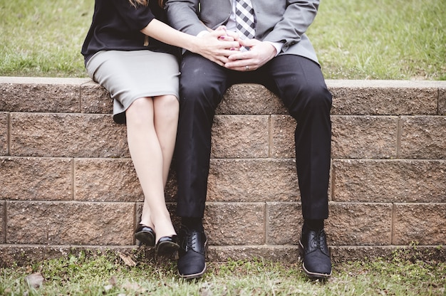 Brzuch pary siedzącej na blokach i modlącej się razem