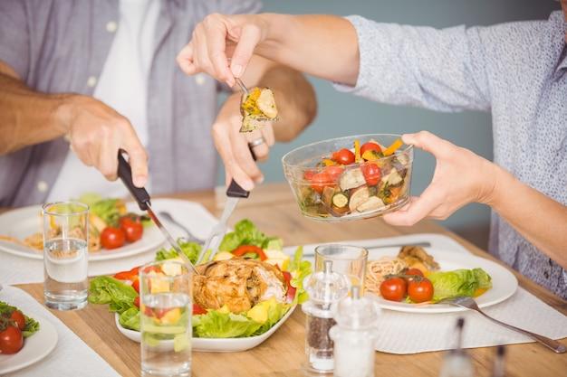 Brzuch rodziny spożywającej posiłek