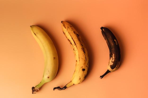 Brzydka owocowa modyfikacja trzech bananów od dojrzałych do bardziej zepsutych brązowych z plamami