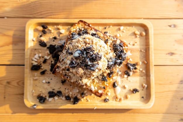 Brzydkie domowe lody bingsu na chleb z czekoladowymi ciasteczkami