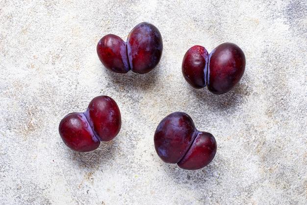 Brzydkie śliwki. nienormalne organiczne owoce