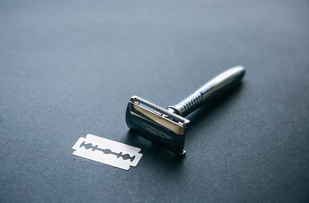 Brzytwa i ostrze na stole. stylowy zestaw mężczyzn. pomysł na prezent. fryzjer rzeczy w sklepie.