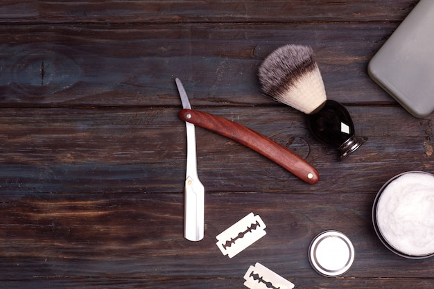 Brzytwa, szczotka, perfumy, balsam i pianka do golenia
