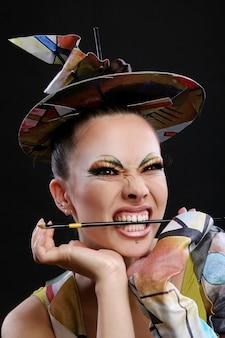 Buautiful atrakcyjna kobieta z pędzlem