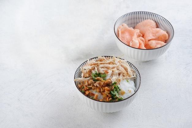 Bubur ayamor indonezyjska owsianka ryżowa podawana z posiekanym kurczakiem
