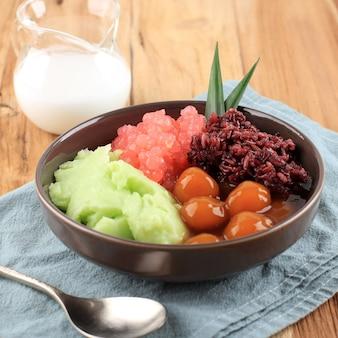 Bubur campur madura lub maduranese mix owsianka, z różnymi składnikami. popularny w indonezji podczas postu lub lebaran na śniadanie takjil.