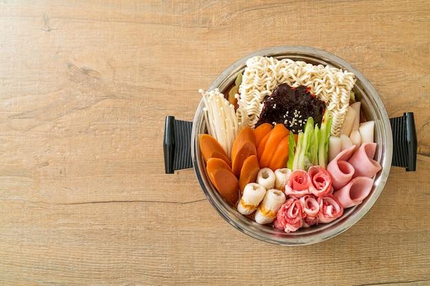 Budae jjigae lub budaejjigae (gulasz armii lub gulasz bazy armii). jest pełen kimchi, spamu, kiełbasek, makaronu ramen i wielu innych - popularny koreański styl jedzenia z gorącym garnkiem