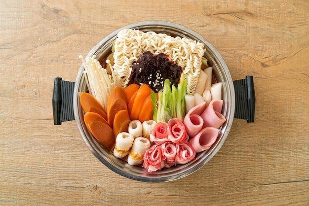 Budae jjigae lub budaejjigae (gulasz wojskowy lub gulasz wojskowy). jest pełen kimchi, spamu, kiełbasek, makaronu ramen