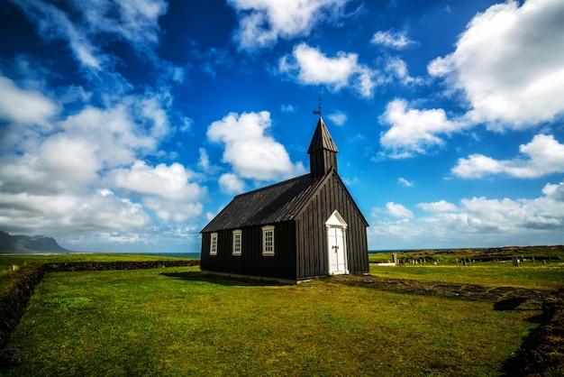 Budakirkja na półwyspie snaefellsnes, islandia.