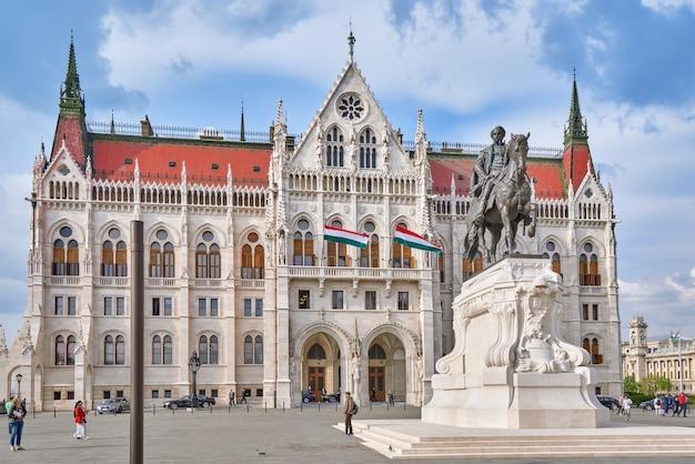 Budapeszt, węgry-02 maja 2016: węgierski parlament w budapeszcie. pomnik andrassy gyvla - premiera węgier (1867-1871).