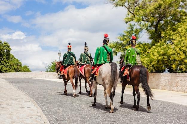 Budapeszt, węgry - 27 czerwca 2018 r .: husaria na koniach w pobliżu zamku buda. skład kawalerii husarskiej w tradycyjnym stroju świątecznym