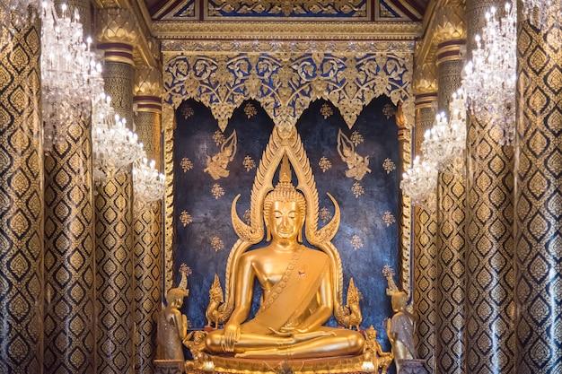 Buddha chinarat w wat phra sri mahathat phitsanulok. świątynia słynie ze złotej posągu buddy, znanego jako phra phuttha chinnarat, jednego z najpiękniejszych posągów buddy w tajlandii