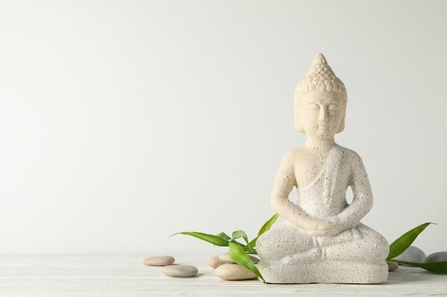 Buddha i kamienie na drewnianym stole