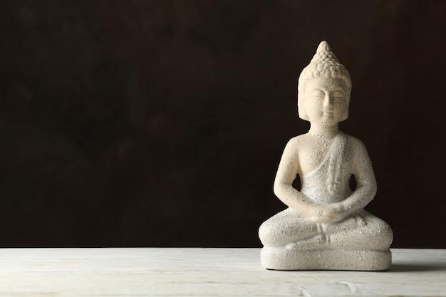 Buddha na białym drewnianym stole