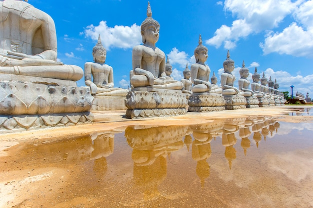 Buddha statua i niebieskie niebo, nakhon si thammarat prowincja, tajlandia