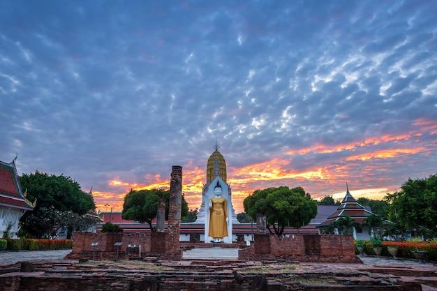 Buddha statua przy zmierzchem jest buddyjskim świątynią przy watem phra si rattana mahathat