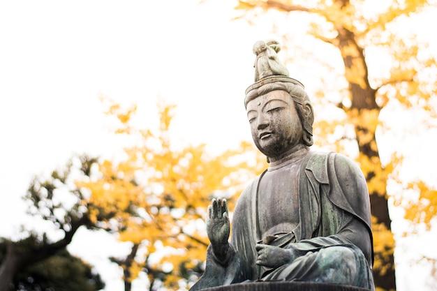 Buddha statua w asakusa świątyni tokio, japonia