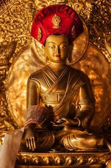 Buddha statua w lamayuru monasterze, ladakh, india
