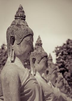 Buddha statua w świątyni przy watem yai chaimongkol w ayuttaya prowinci, tajlandia