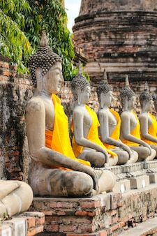 Buddha statua w wata yai chaimongkol świątyni, ayutthaya, tajlandia.
