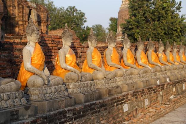 Buddha status przy watem yai chaimongkol w tajlandia