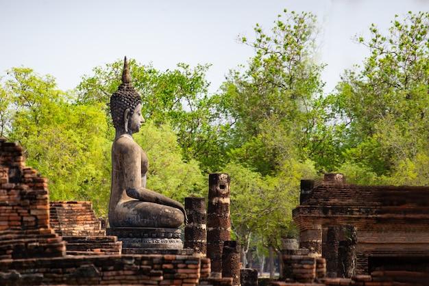 Buddha statuy przy wata mahathat antyczną stolicą sukhothai