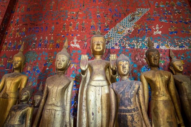 Buddha statuy przy wata xieng paskiem w luang prabang, laos.