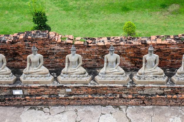 Buddha statuy przy wata yai chaimongkol sławnymi i popularnymi turystycznymi miejscami przeznaczenia ayutthaya, tajlandia.