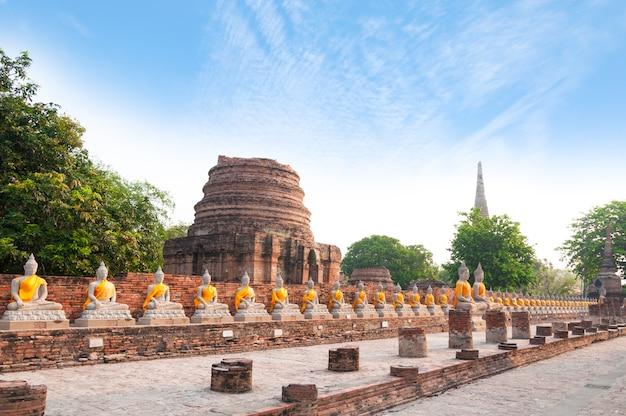 Buddha statuy wewnątrz przy watem yai chaimongkol w ayutthaya tajlandia
