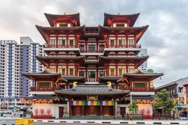Buddha zębu relikwii świątynia i muzeum w singapur przy zmierzchu czasem