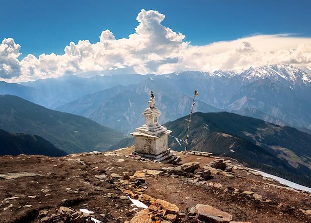 Buddyjska stupa na górskiej ścieżce trekkingowej w himalajach. dwa dni przed trzęsieniem ziemi w nepalu. ta stupa została zniszczona. park narodowy langtang
