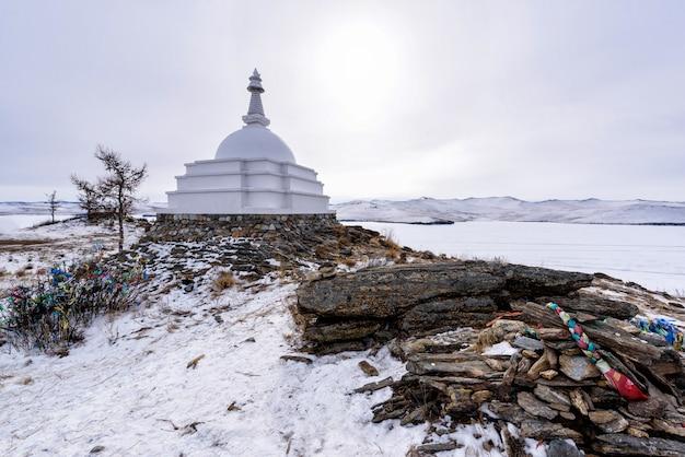 Buddyjska stupa przy ogoy wyspą na baikal jeziorze