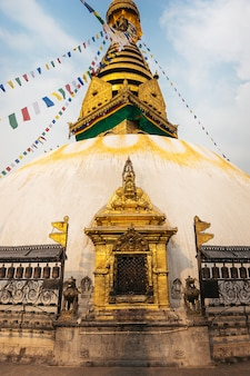 Buddyjska świątynia swayambhunath w świetle słonecznym, kathmandu, nepal.