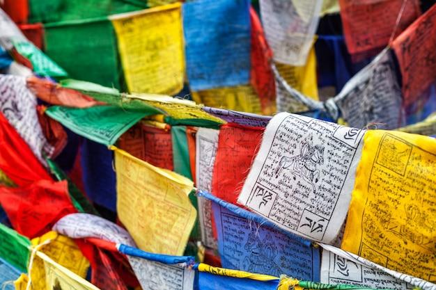 Buddyjski tybetański flagi modlitewne lungta